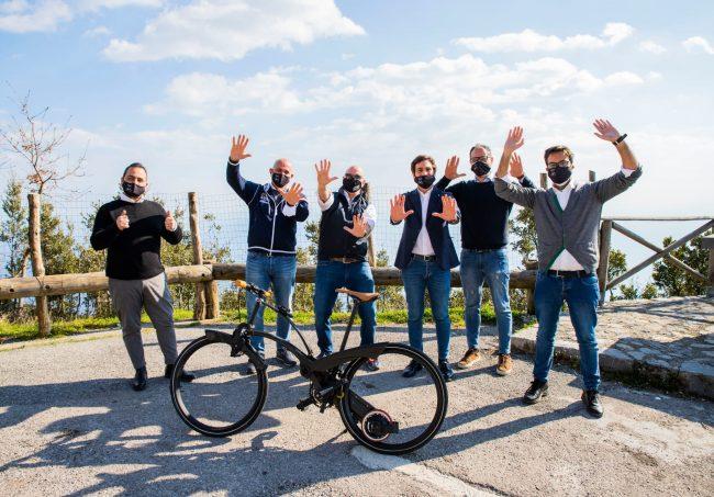 Il team di Gruppo Stratego e Luca Scudieri con Marco Mazzocchi per presentare la Sadler Bike nel corso della trasmissione Stop and Go su Rai2